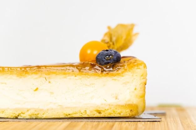 ゼリーのアイシングとベリーの装飾が施されたチーズケーキ