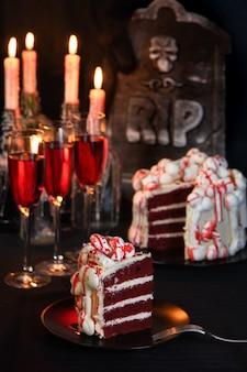 メレンゲの骨で飾られ、血に染まった不気味なケーキの赤いベルベット
