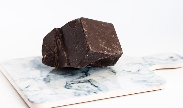 明るい大理石のボードにダークチョコレートをかけたもの。