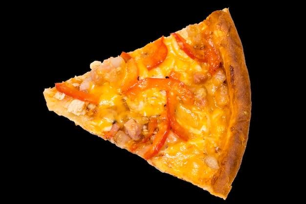 Кусок свежей итальянской пиццы на черном фоне