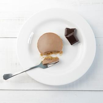 흰색 나무 테이블에 홈메이드 초콜릿 파이 한 조각