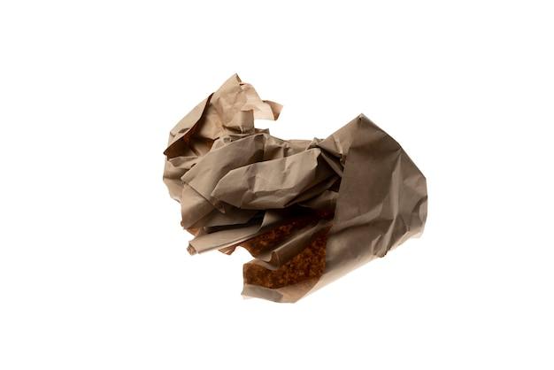 패키지 종이 조각 구겨진 흰색 배경에 고립