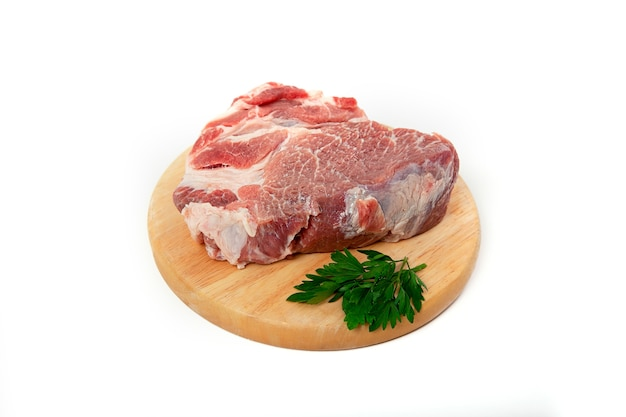 木製のバッキングに生の豚肉の部分