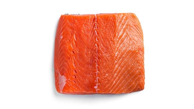 Кусок сырого лосося, изолированные на белом.