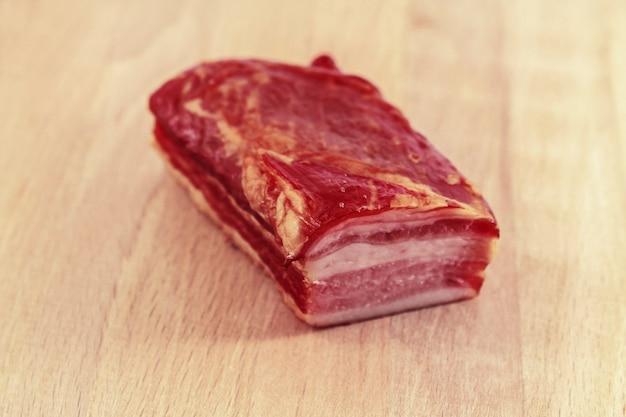 木の板に生の燻製肉を乗せたもの