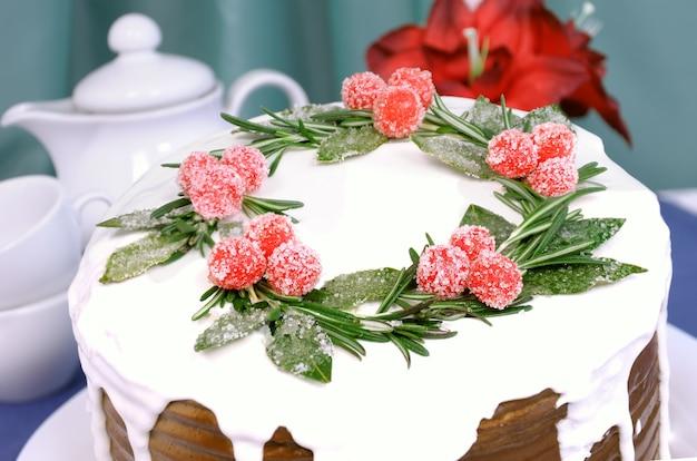 하얀 유약 아래에 크림이 겹겹이 쌓인 스펀지 케이크 한 조각