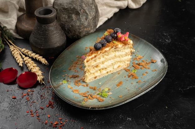 블루베리와 커스터드를 곁들인 스펀지 퍼프 케이크 한 조각