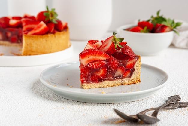 新鮮なイチゴを皿に載せた夏のパイ、すぐに食べられる