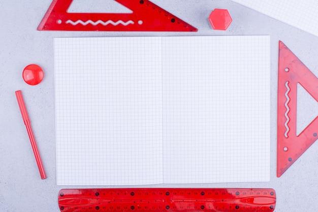 주위에 빨간색 통치자와 하얀 빈 종이 조각