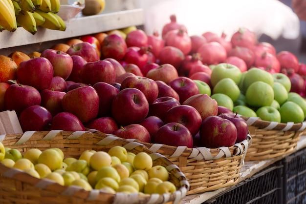 시장 카운터에 사과 더미
