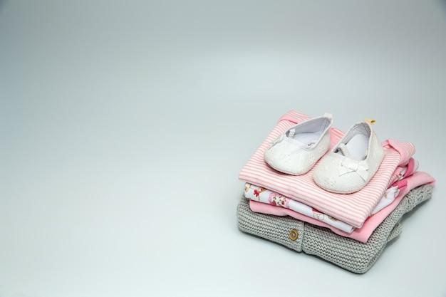 아기 옷과 액세서리 더미. 프리미엄 사진