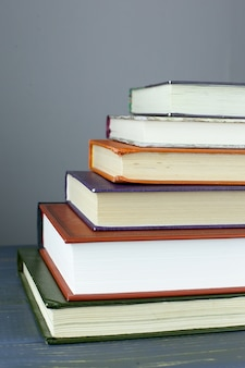 図書館が裏にある本の山