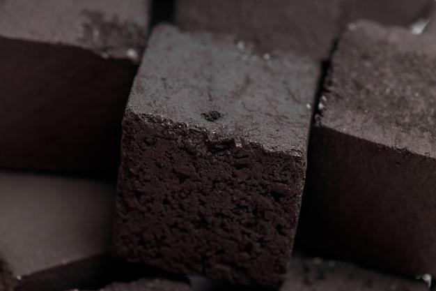 사각형 모양의 물담배를 위한 석탄 더미