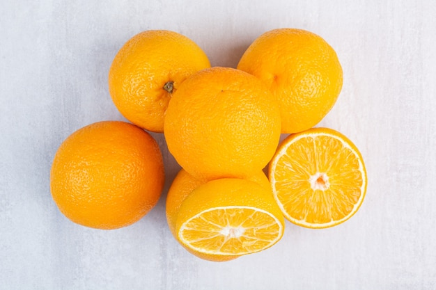 Куча восхитительных апельсинов на мраморе.