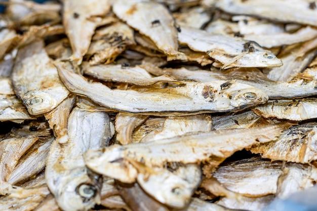 선별적으로 초점을 맞춘 해산물 시장에서 말린 소금에 절인 생선 더미