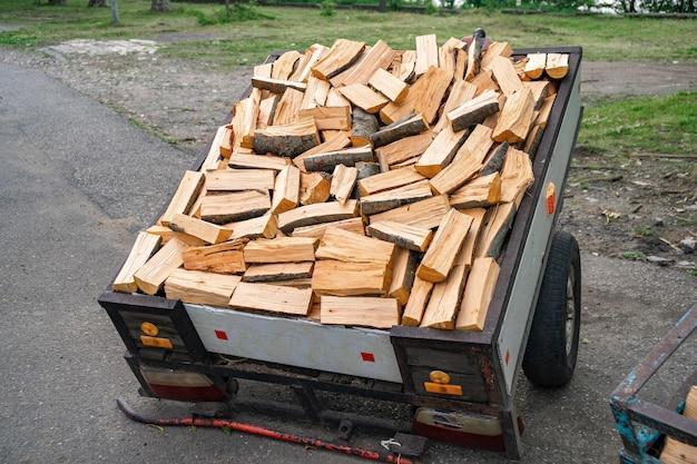 薪の山と販売のための鉄のトラックにログイン