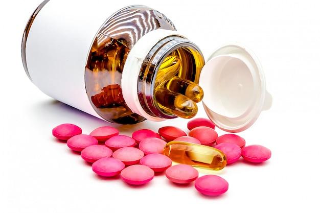 薬の錠剤とビタミンカプセルの山。