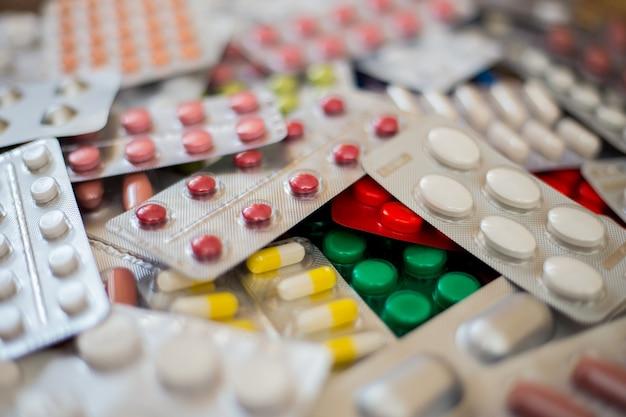 Стопка разноцветных таблеток лежит одна на одной