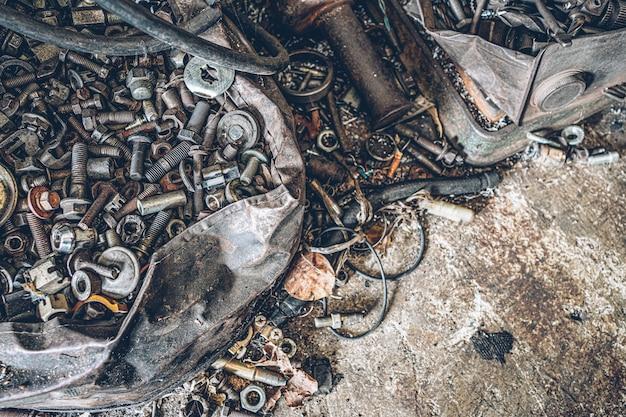 Куча старых металлических гайки и болта