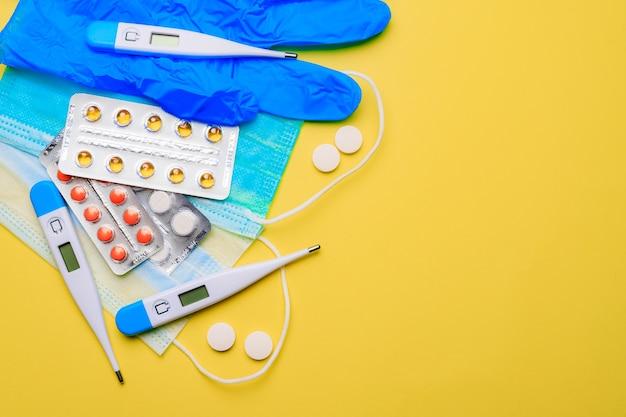 黄色の背景に錠剤の山。治療と予防。治療の目的に関する記事。病気の治療法。水ぶくれの丸薬。たくさんの薬。黄色の背景。コピースペース