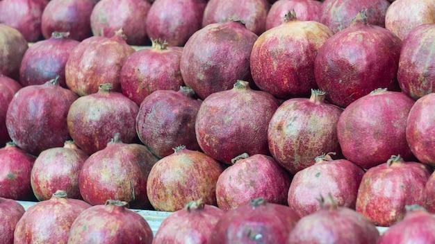농민 시장에 석류 더미