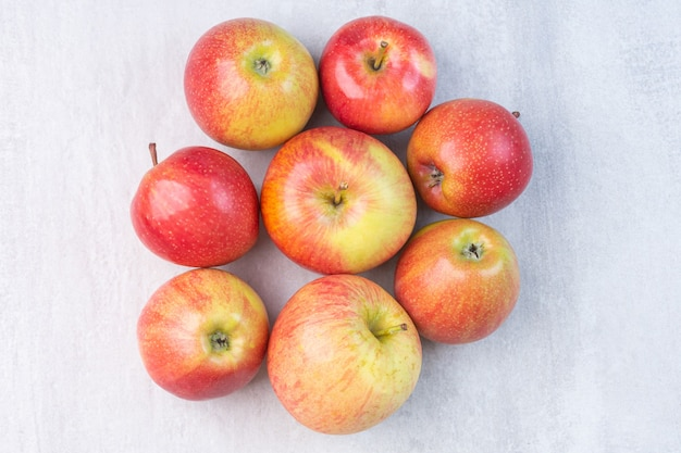 大理石の上に、赤い新鮮なリンゴの山。