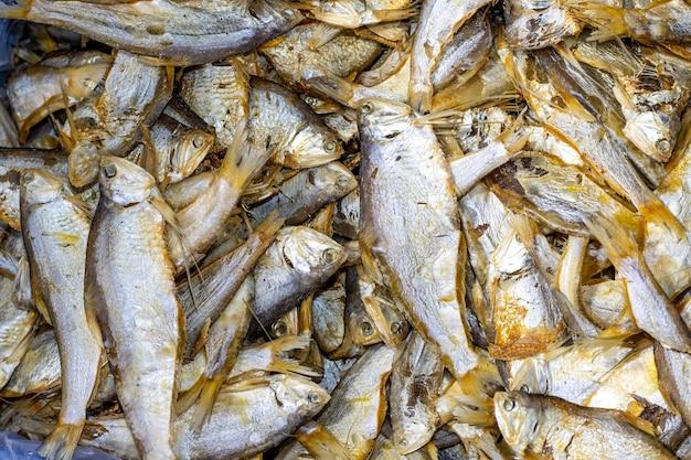 해산물 시장에서 짠 마른 건어 더미를 닫습니다.