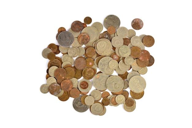 Куча разбросанных монет на белом фоне