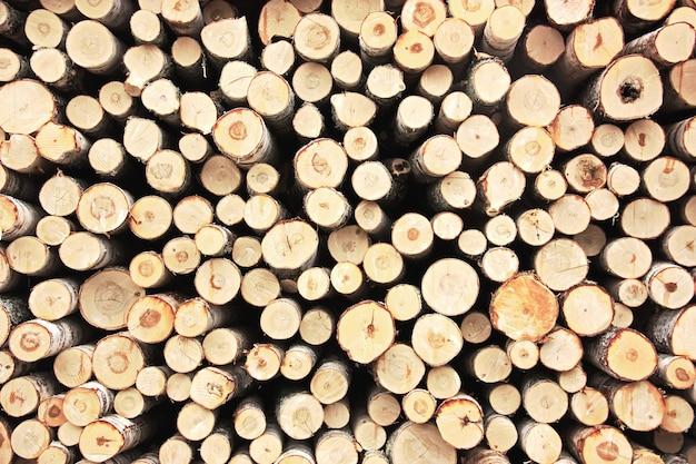 Куча сложенных дров. естественный фон