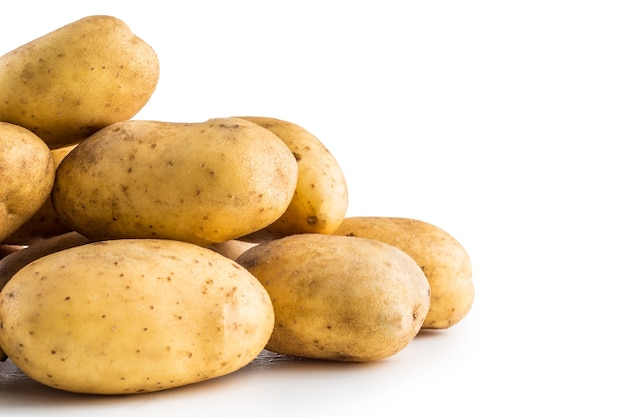 Куча мытого картофеля, изолированные на белом фоне.