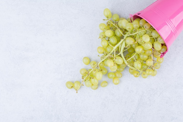 緑の甘いブドウでいっぱいのピンクのバケツ。高品質の写真