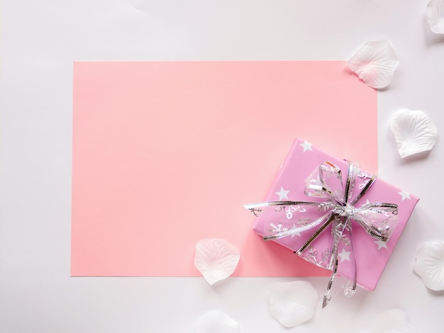 Розовый бумажный лист и подарочная коробка