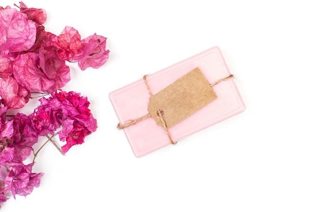 ブーゲンビリアの花とピンクの石鹸バー