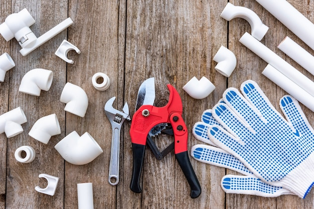 手袋とモンキーレンチを備えたパイプ切削工具。
