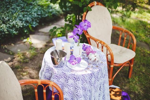 Место для свадебной фотосессии на природе с декором