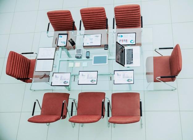Место для деловых встреч в современном конференц-зале на рабочем столе