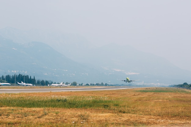 モンテネグロのティヴァト空港で離陸するスカイチームの飛行機