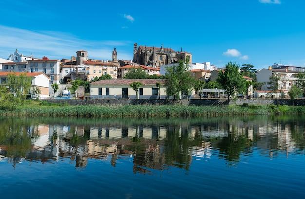전경에 jerte 강과 대성당이 있는 plasencia 도시 스카이라인