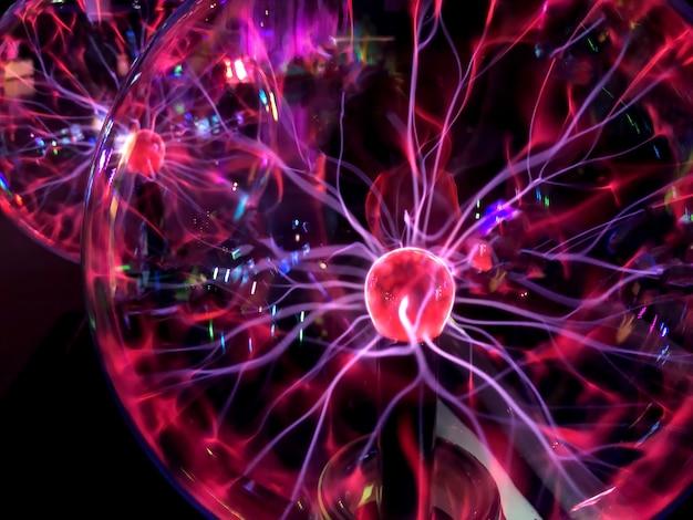 電気プラズマ背景のプラズマボール画像