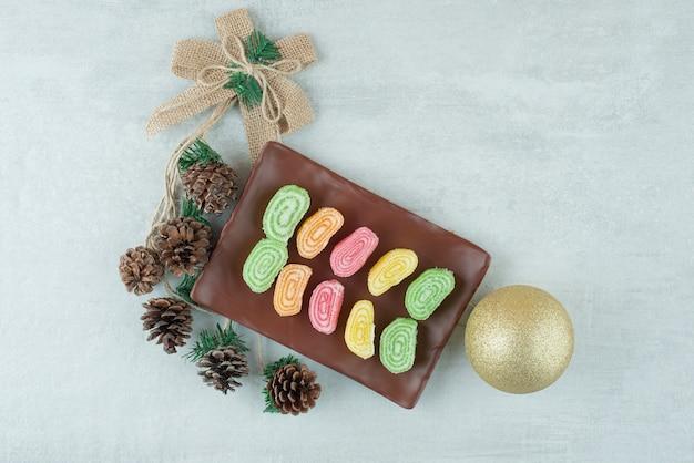 Marmalde와 흰색 바탕에 큰 크리스마스 공의 전체 접시. 고품질 사진