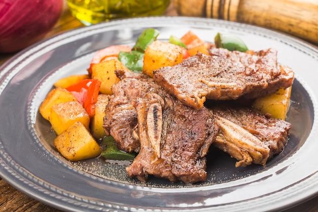Тарелка свежих жареных говяжьих ребрышек