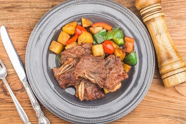 신선한 쇠고기 갈비 튀김 한 접시