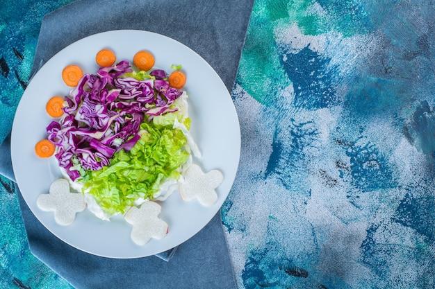一枚の布に新鮮な様々な野菜のプレート