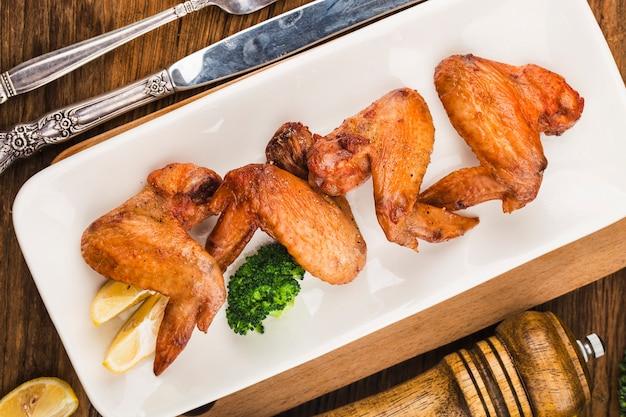 갓 구운 닭 날개 한 접시