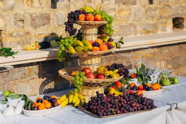 결혼식 연회에서 과일 한 접시