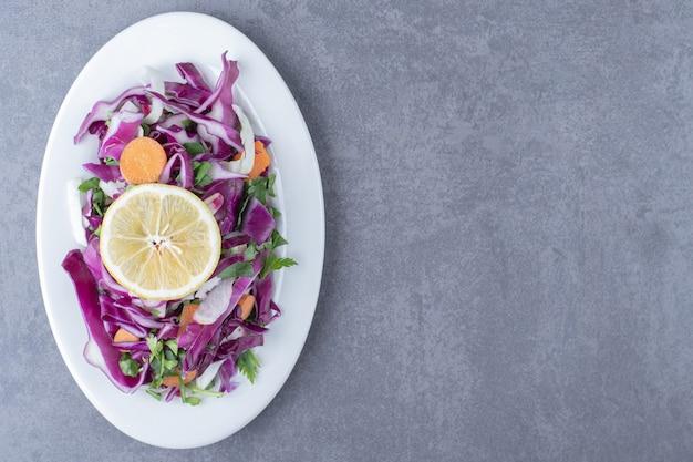 大理石の表面に、おろし野菜とレモンのプレート。