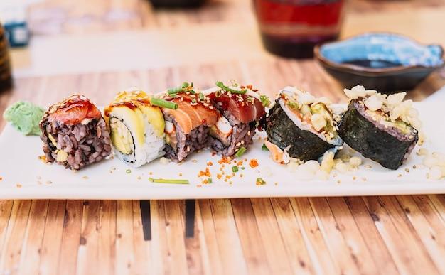 Блюдо японской кухни, состоящее из разных видов суши.