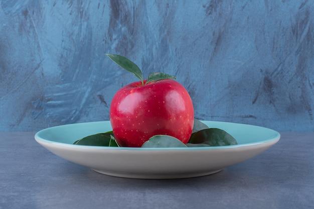 어두운 표면에 사과 잎 한 접시