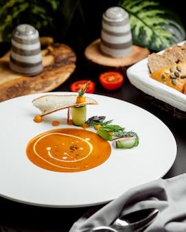 Тарелка супа из чечевицы с кремом