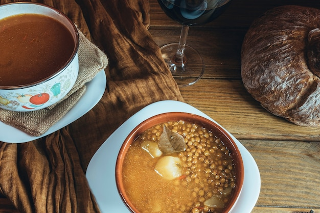 木製の背景にレンズ豆とジャガイモとキャセロールのプレート